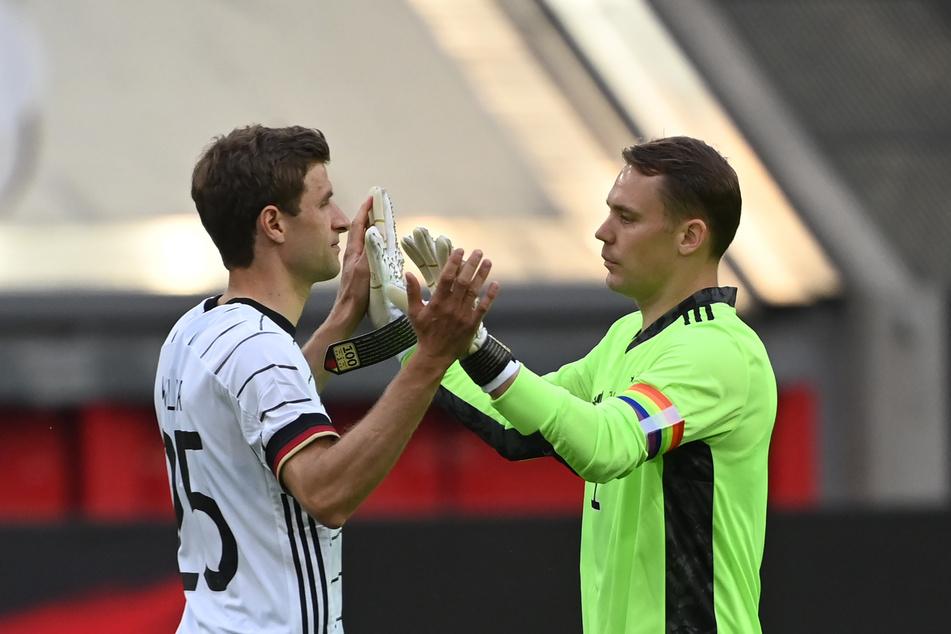 Thomas Müller (31, l.) und Kapitän Manuel Neuer (35) haben beide mehr als 100 Länderspiele auf dem Buckel. Dafür werden sie in Stuttgart geehrt.