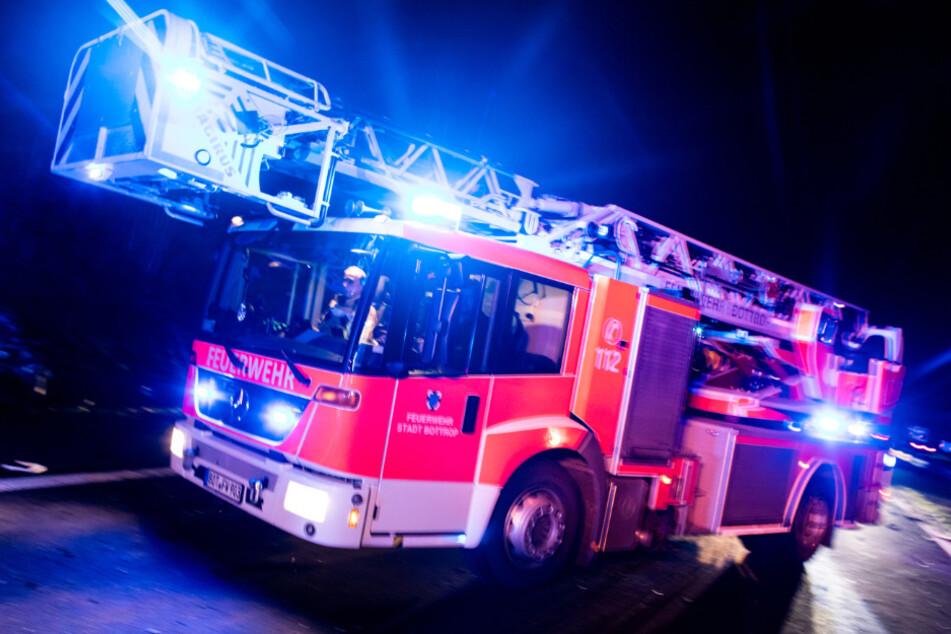 Am späten Samstagabend musste die Feuerwehr in Wurzen anrücken. Dort hatte ein Transporter in Flammen gestanden. (Symbolbild)