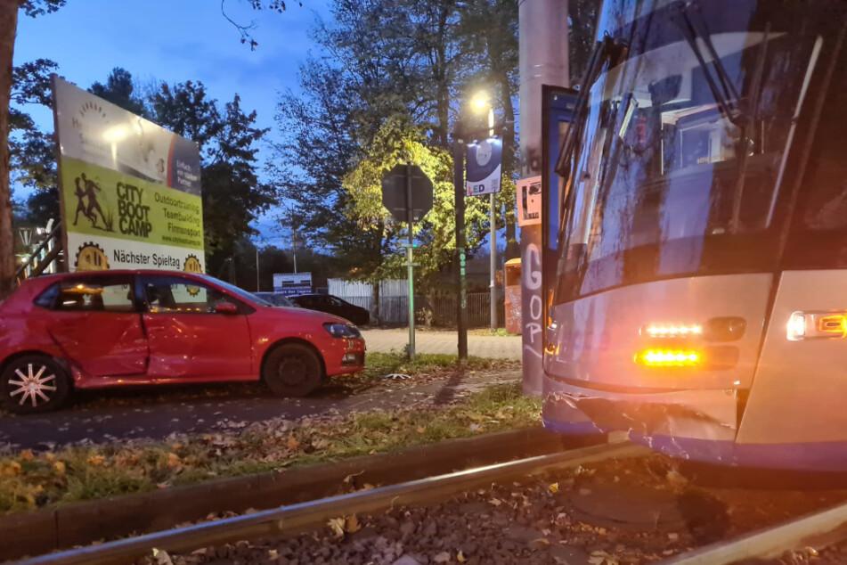 XL-Straßenbahn rammt in Leipzig VW Polo von der Straße