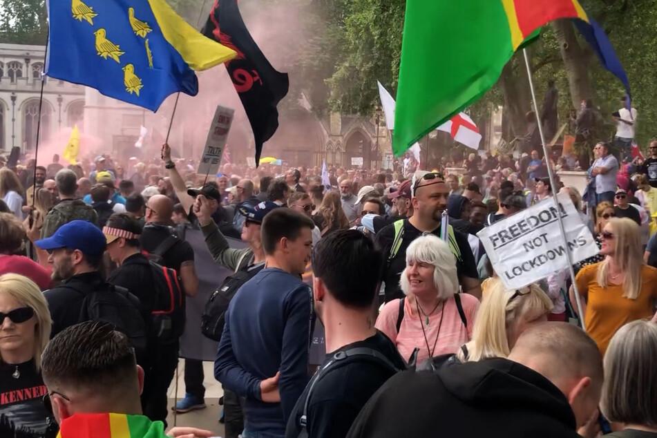 London: Demonstranten nehmen auf dem Parliament Square mit Fahnen an einem Protest gegen die Corona-Impfungen teil.