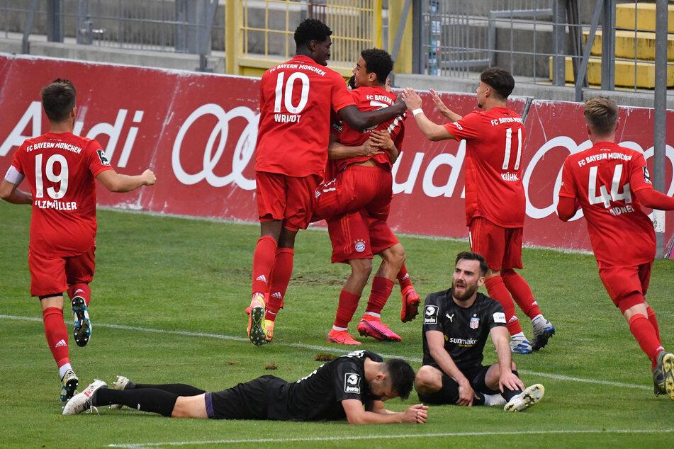 Der FSV am Boden, die kleinen Bayern jubeln nach dem 1:0 durch Jamal Musiala.