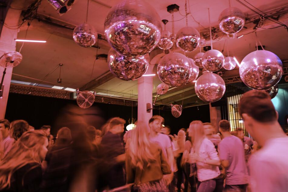 """Dutzende Menschen tanzen in der Ravensburger """"Kantine"""" im Rahmen eines Modellprojekts ohne Abstand und Maske zur Musik."""