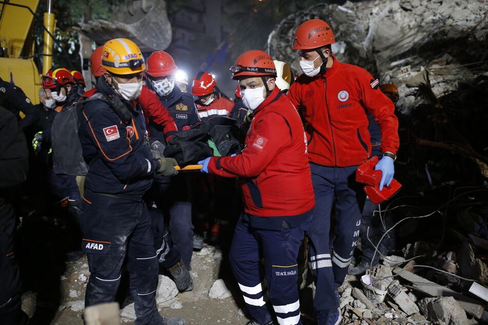 Nach schwerem Erdbeben: Frau nach 17 Stunden aus Trümmern gerettet