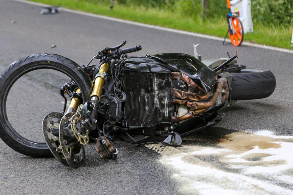 Das Motorrad des Verstorbenen liegt völlig zerstört an der Unfallstelle.