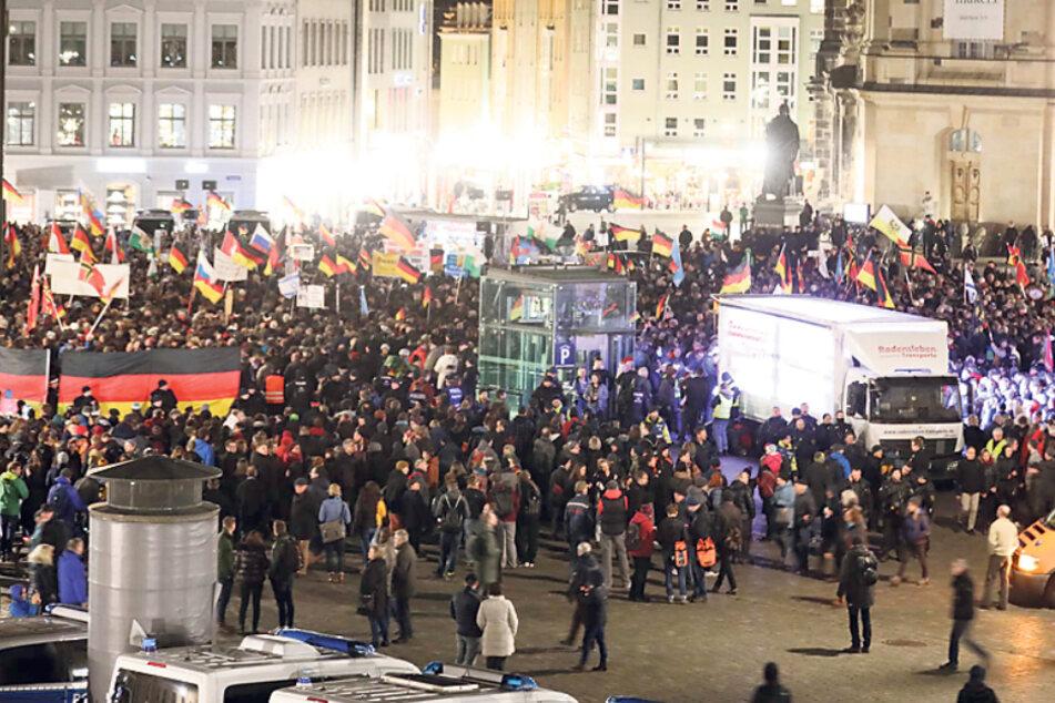 Am 17. Februar protestierten CDU, FDP und Sächsische Bibliotheksgesellschaft erstmals offiziell gegen Pegida.