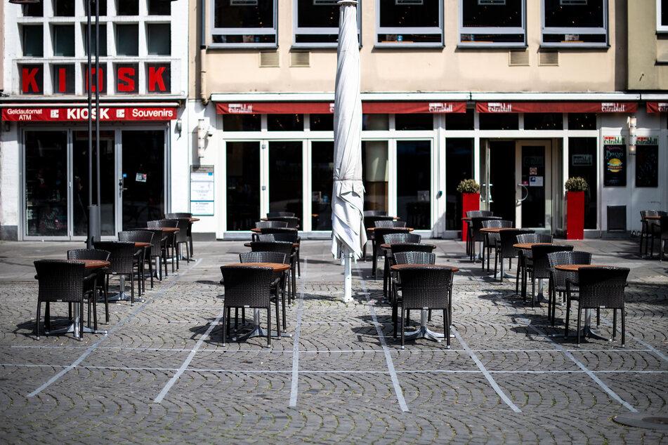 In der Hälfte der NRW-Regionen können zum Start des Pfingstwochenendes die Außen-Gastronomie, Hotels, Ferienwohnungen und Campingplätze unter Auflagen öffnen. (Archivbild)