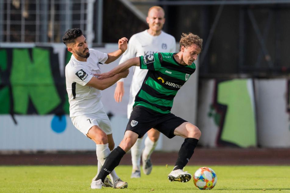 Münsters Julian Schauerte (r.) und Meppens Hassan Amin kämpfen um den Ball.
