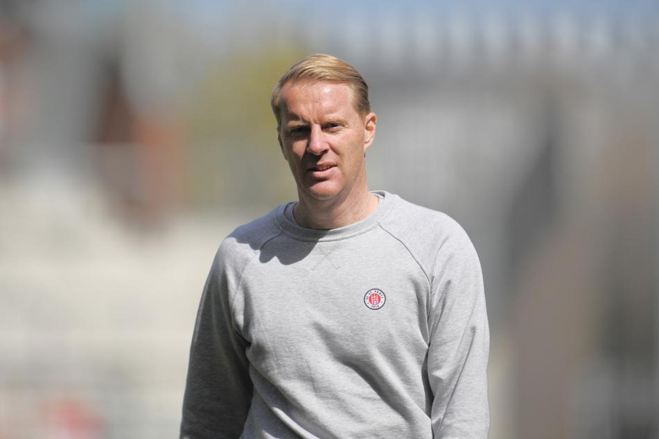 """Timo Schultz (44), Coach des FC St. Pauli, erwartet in Hannover einen """"hoch motivierten"""" Gegner, hat aber dennoch einen Sieg als Ziel ausgerufen. (Archivfoto)"""