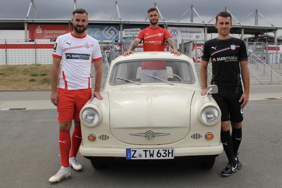 Morris Schröter (v.l.), Felix Drinkuth und Nils Miatke präsentieren die drei Zwickauer Trikots für die neue Saison.