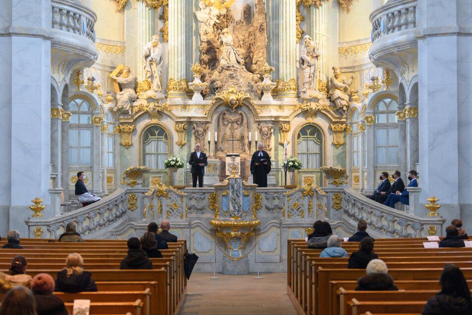 Tobias Bilz (l.), Landesbischof der Evangelischen Landeskirche Sachsen, und Pfarrer Joachim Zirkler sprechen in der Frauenkirche bei einer Andacht der Pandemie-Opfer in der Corona-Krise zu den Besuchern.