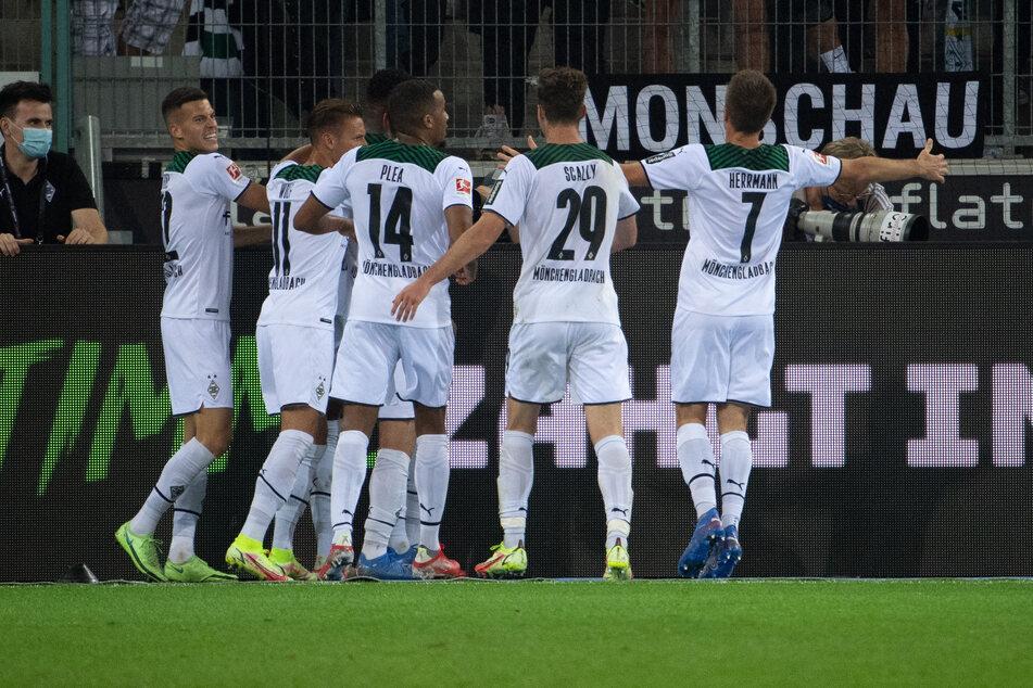 Gemeinsam bejubelten die Fohlen den Siegtreffer zum 3:1, das von Einwechselspieler Patrick Herrmann (r.) vorbereitet wurde.