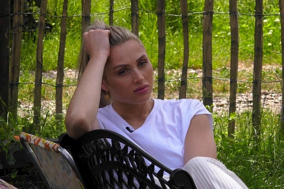 Die Begeisterung über Mikes (34) Verbleib im Sommerhaus hält sich bei Sissi Hofbauer (25) und den anderen Mitbewohnern in Grenzen.