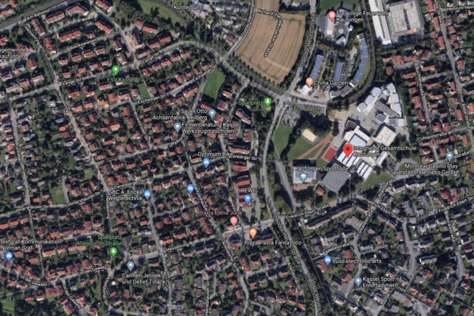 Der Überfall fand auf dem Schulhof einer Schule in der Friedrich-Ebert-Straße statt.