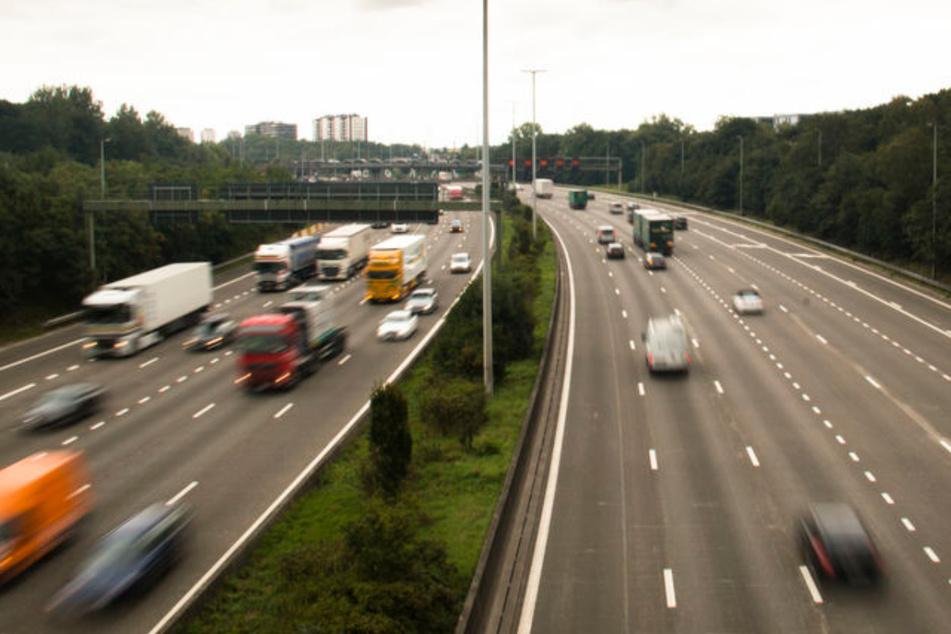 Mann fällt aus 100 km/h schnellem Auto auf die A30 und verletzt sich schwer