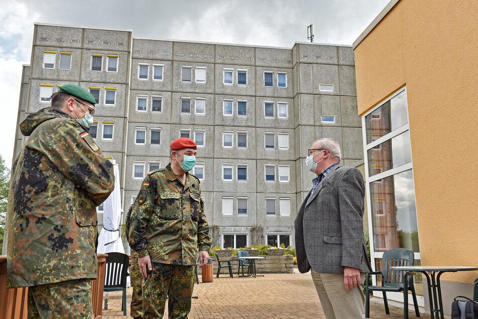 General Brügner (li.) und Generalmajor Carsten Breuer im Gespräch mit dem Radeberger Bürgermeister Gerhard Lemm (60, SPD) über den Einsatz im dortigen Pflegeheim.