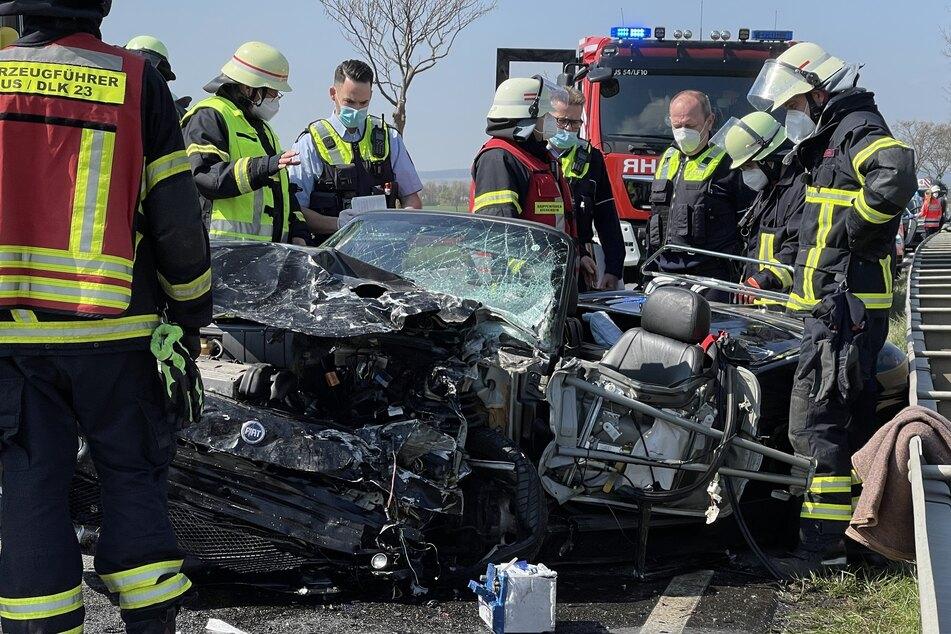 In Euskirchen ist am Freitag ein Autofahrer nach einem frontalen Zusammenstoß mit einem Krankentransporter am Unfallort gestorben.