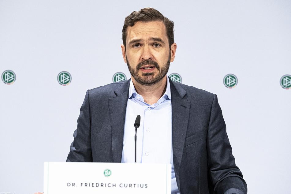 Friedrich Curtius, DFB-Generalsekretär, hat Verständnis für Dynamos Lage, sieht aber keine Alternative.