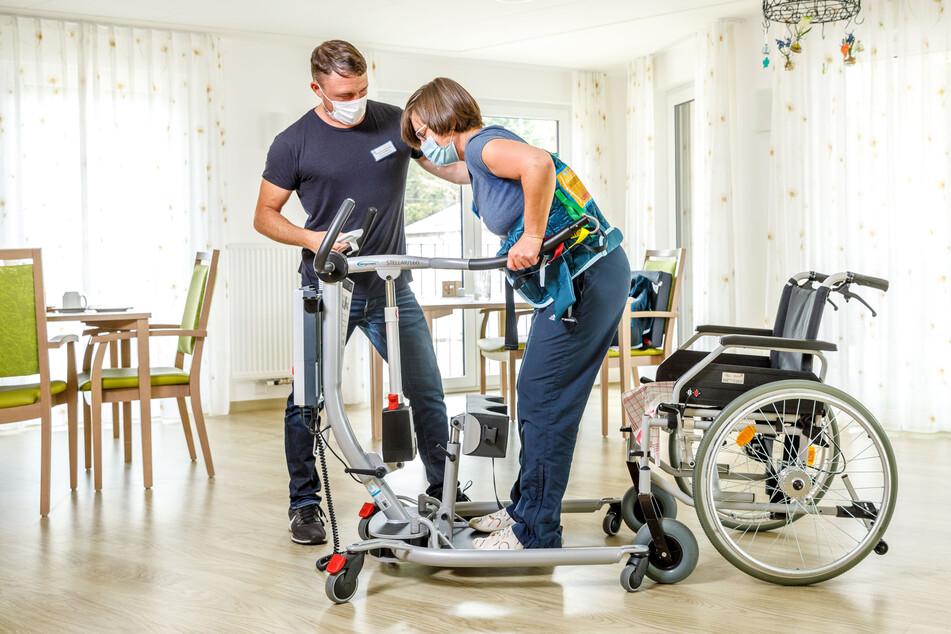 Ein Schwerpunkt der mobilisierten Kurzzeitpflege ist die Arbeit mit Physio- und Ergotherapeuten, etwa an der Aufstehhilfe. Damit soll der Patient wieder für seinen häuslichen Alltag fit gemacht werden.