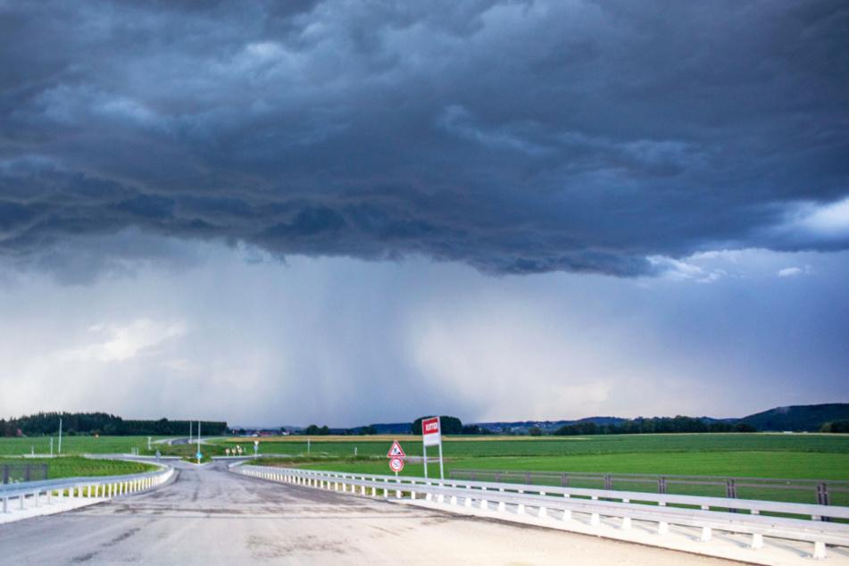 Die Experten des Deutschen Wetterdienstes (DWD) warnen vor Starkregen, Hagel und Sturmböen in Bayern. (Symbolbild)