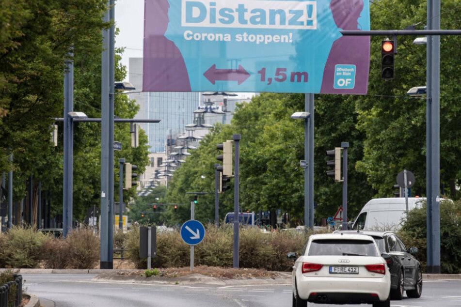 Die sogenannte Sieben-Tage-Inzidenz war in Offenbach am Dienstag zunächst auf 39 gestiegen und dann gesunken. Als Schwellenwert für strengere Maßnahmen zum Infektionsschutz gilt ein Wert von 50.