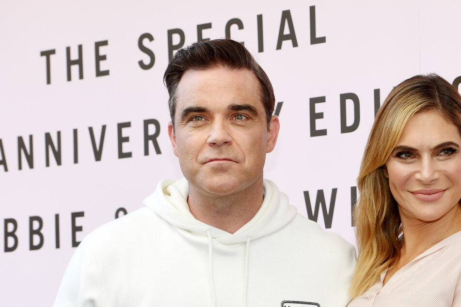 Robbie Williams answers the call of nature and his wife is there to record it