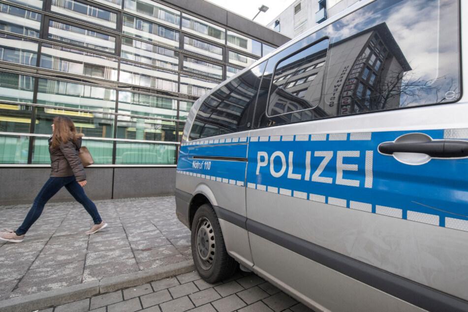 Die Polizisten mussten ihre Dienstwaffen ziehen (Symbolfoto).