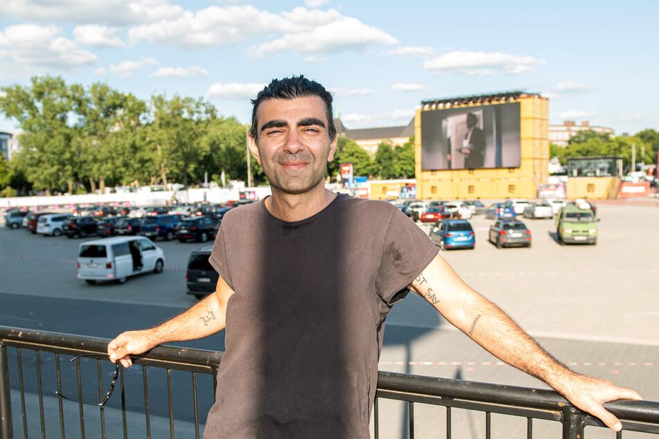 """Regisseur Fatih Akin steht vor der Aufführung seines Films """"Tschick"""" im Autokino in Hamburg."""