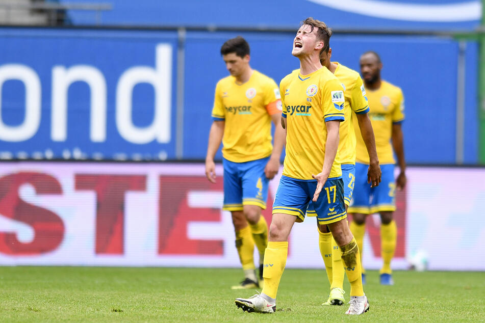 Eintracht Braunschweigs Yari Otto (21, v.) schreit seine Enttäuschung heraus: Die Löwen sind durch die deutliche Niederlage beim Hamburger SV in die 3. Liga abgestiegen.