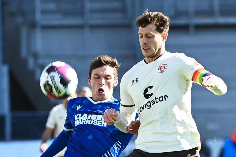 St. Paulis Innenverteidiger James Lawrence (28, rechts), hier in der vergangenen Saison gegen den Karlsruher SC im Einsatz, rückt gegen Regensburg in die Startelf.