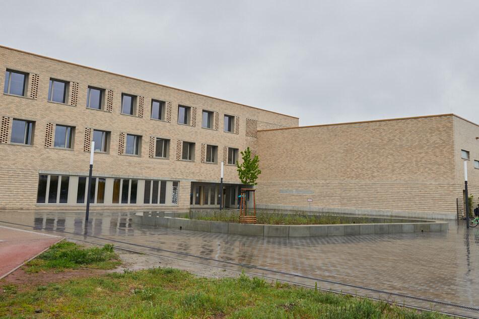 Im Mai 2019 wurde ein goldenes Vogelnest aus dieser Grundschule in Berlin-Biesdorf gestohlen.