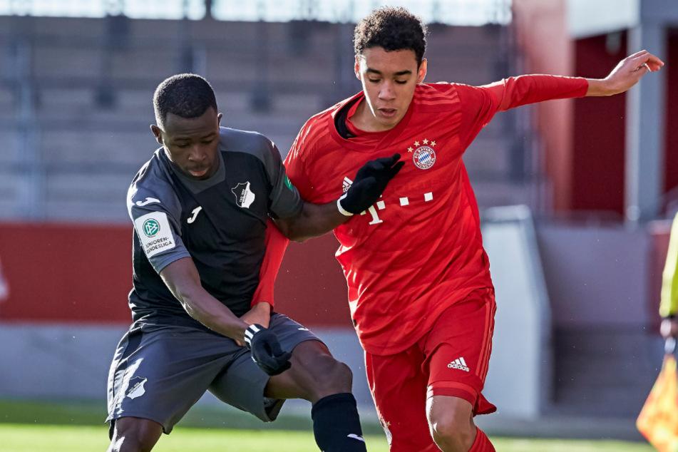 Mamin Sanyang (l.) wird zukünftig nicht mehr gegen den FC Bayern auflaufen, sondern für den Rekordmeister aus München.