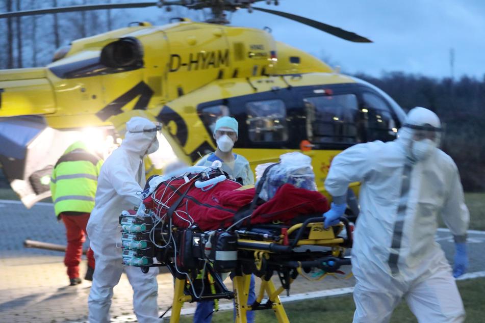 Ein Notarzt-Hubschrauber des ADAC bringt einen Corona-Intensivpatienten aus Sachsen in das Klinikum Südstadt in Rostock.