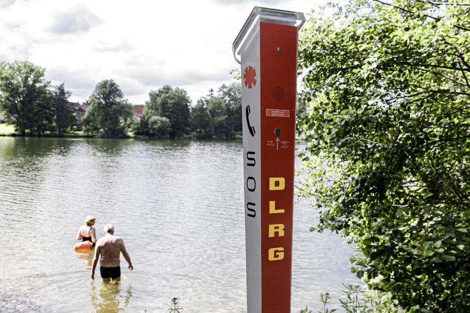 Um bei Badeunfällen schnell Hilfe erreichen zu können, steht seit November 2020 eine Notrufsäule am Großensee.
