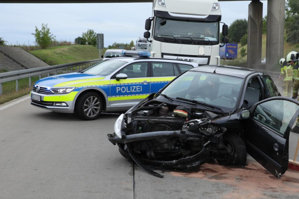 Unfall auf der A17: Peugeot kracht in Leitplanke und touchiert zwei weitere Autos!