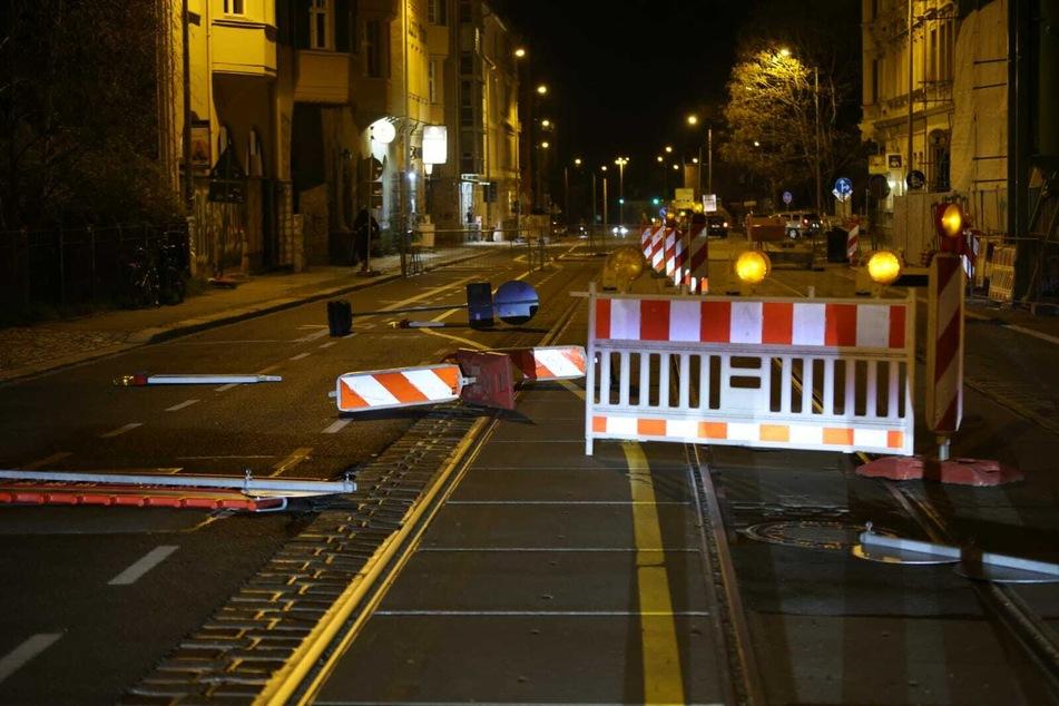 Baustellenschilder und Absperrungen wurden dabei als Blockaden auf die Wolfgang-Heinze-Straße gestellt.