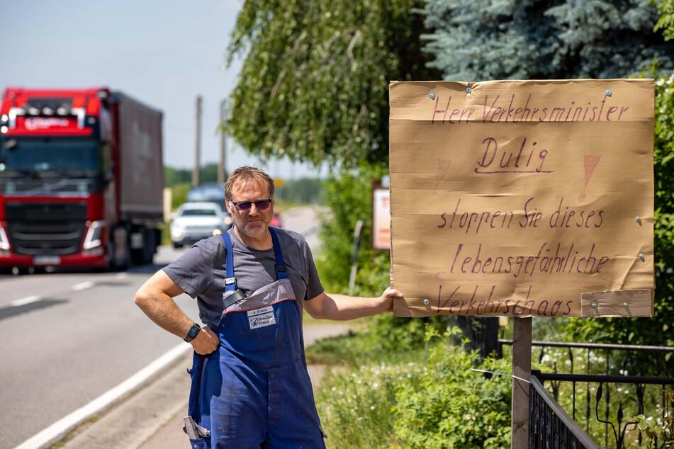 Entlastung für Tanneberg: Metallbauer Uwe Krause (54) mit seinem selbst gebastelten Protestplakat.