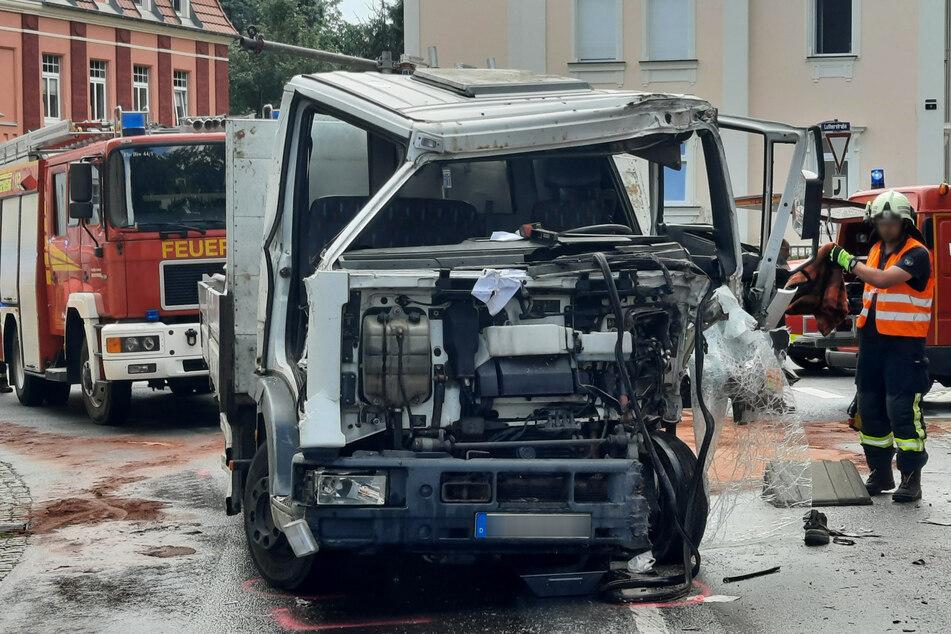 Der Fahrer des Lkw musste aus seiner Kabine befreit werden.