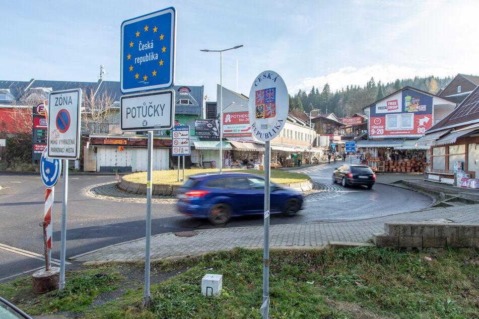 Die Polizei erwischte am Dienstag acht Personen, die in Tschechien Tanken oder Zigaretten kaufen waren - sie mussten alle in Quarantäne.