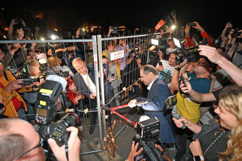 Jetzt ist wieder vereint, was zusammengehört: Symbolträchtig öffneten die Bürgermeister von Görlitz, Octavian Ursu (CDU, re.), und Rafal Gronicz aus der polnischen Nachbarstadt Zgorzelec den Corona-Grenzzaun mit einem Bolzenschneider.