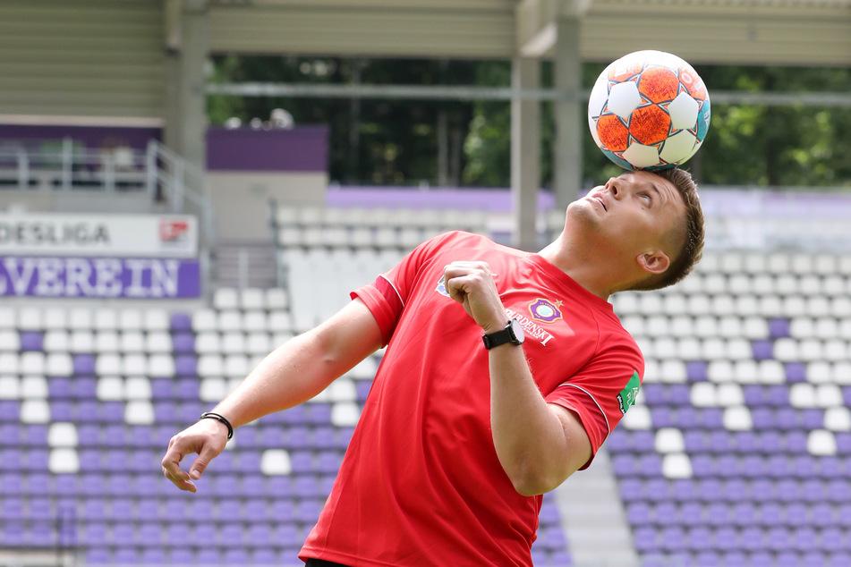 FCE-Trainer Aleksey Shpilevski (33) bei seinem Amtsantritt am 15. Juni. Das zeigte der, dass er auch mit dem Ball umgehen kann.