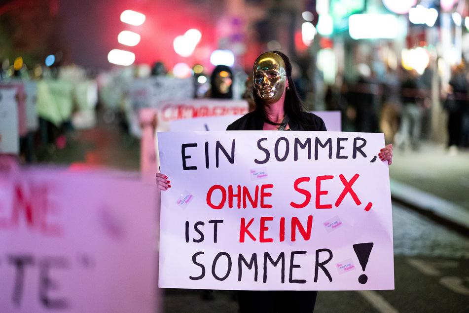 Sexarbeiterinnen demonstrieren auf dem Hamburger Kiez gegen ein Arbeitsverbot im Rotlichtsektor, welches wegen des Coronavirus verhängt wurde.