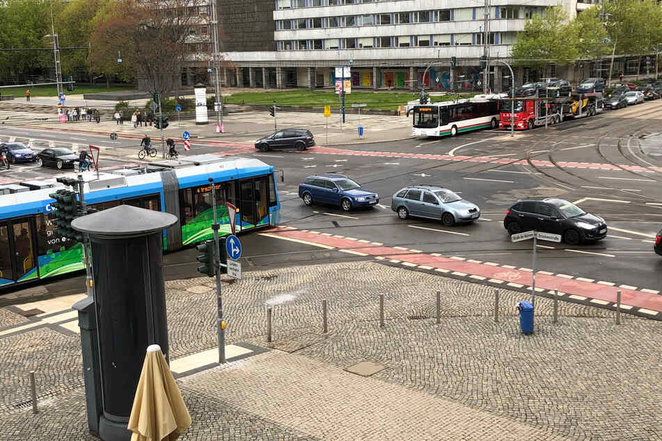 Das tägliche Chaos an der Brückenstraße/ Straße der Nationen: Autofahrer blockieren die Kreuzung und behindern die Straßenbahnen.