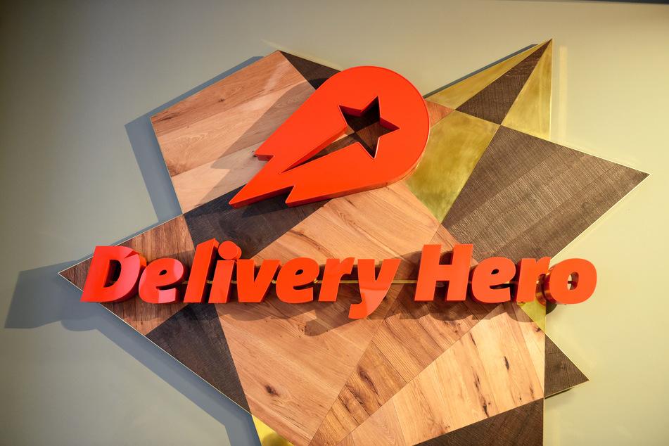 """Berlin: Das Logo von """"Delivery Hero"""" hängt in der Zentrale der Bestell-Plattformen für Essen, """"Delivery Hero"""" und """"Liederheld"""", in der Mohrenstraße."""
