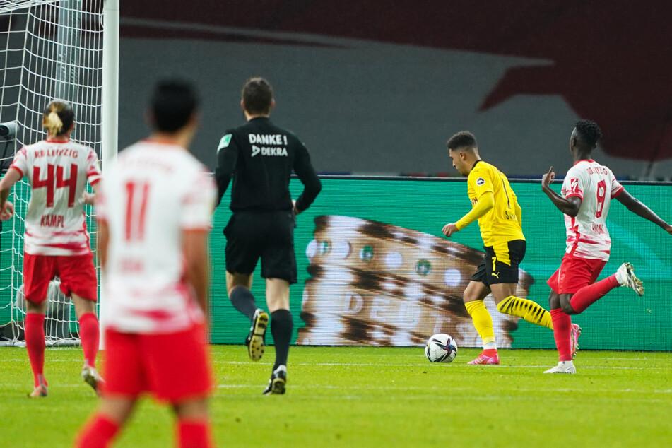 Jadon Sancho (2.v.r.) legt das 3:0 für den BVB nach.
