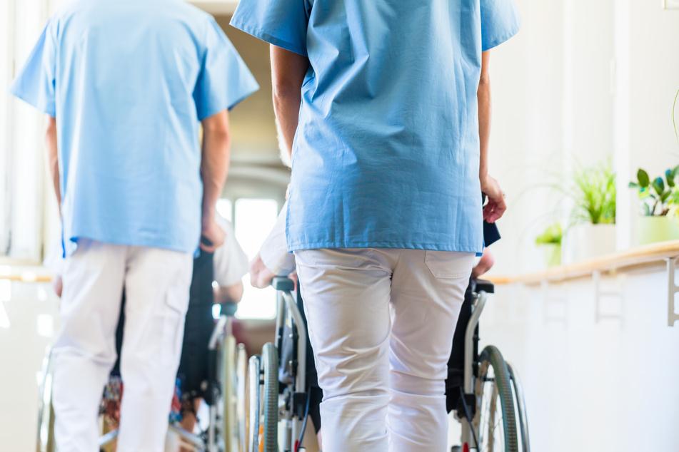 Beschäftigte in der Altenpflege in Sachsen sollen einen zusätzlichen Pflegebonus in Höhe von 500 Euro ausgezahlt bekommen.