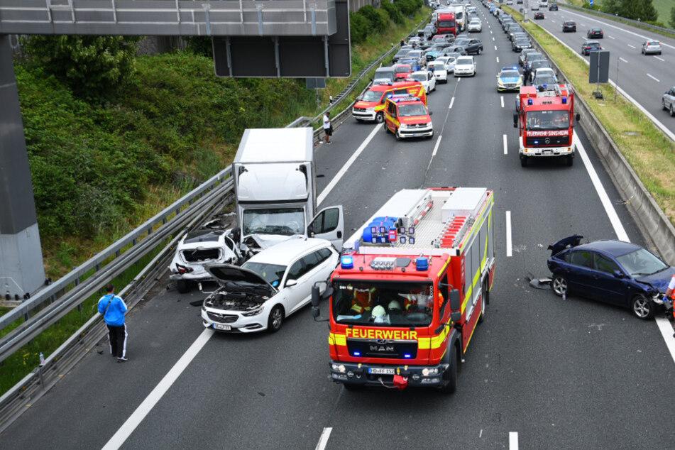 Vollsperrung auf der A6 nach schwerem Unfall mit vier Fahrzeugen