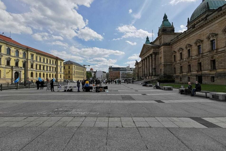 Statt 500 Personen haben sich rund 50 Personen zur Kundgebung der Bewegung Leipzig auf dem Simsonplatz versammelt.