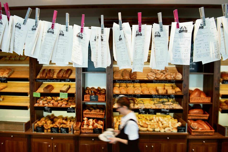 """Zahlreiche Kassenzettel hängen im Februar 2020 in der Dresdner """"Bäckerei Morenz"""" an einer Leine. Die Händler müssen ihren Kunden bei jedem Kauf unaufgefordert einen Beleg aushändigen."""