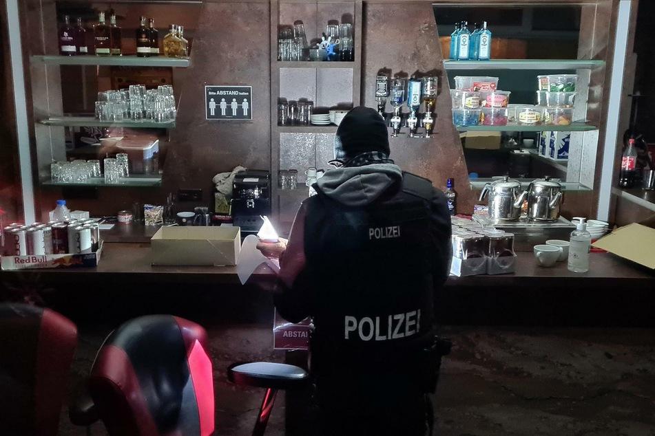 Die Polizei hat am Samstagabend eine illegale Pokerrunde in Berlin-Tempelhof aufgelöst.