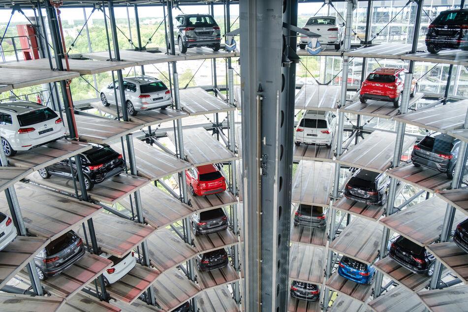 Volkswagen Neuwagen stehen in einem Autoturm in der Autostadt. Die Autostadt in Wolfsburg feiert am 1. Juni 2020 ihr 20-jähriges Jubiläum.